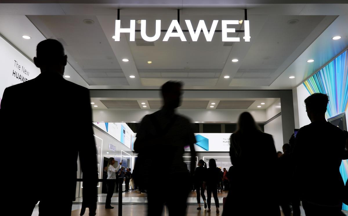 По слухам,  правительство США завершает работу над федеральным контрактным запретом (т.е.  запретом покупать товары или услуги) для любой компании, которая использует продукты Huawei, Hikvision, Hytera, Dahua и ZTE. А то что все эти компании китайские - чи