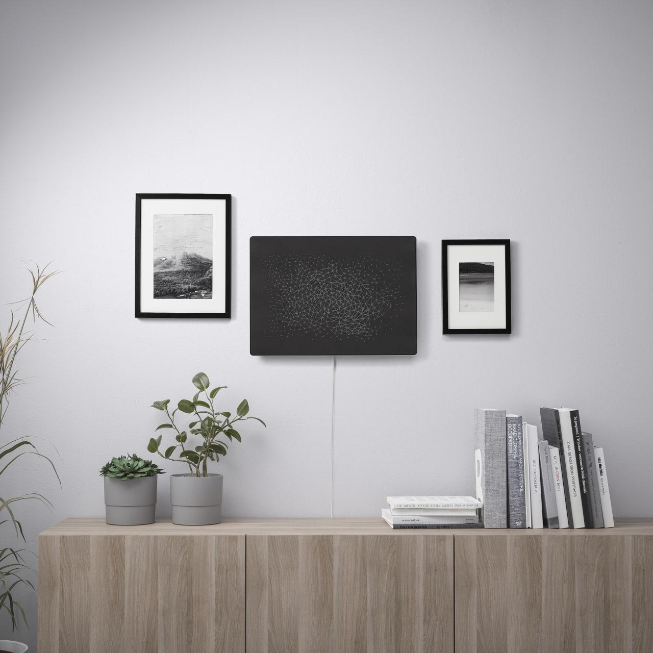 IKEA давно работает с Sonos, пытаясь совместить бытовые вещи и аудио. Но вот эта идея кажется мне прямо гениальной: расположить домашнюю колонку под натянутой картиной! Посмотрите как это выглядит, я бы прямо взял. t.me/FixedOneNews/2350Кстати ссылаюсь на