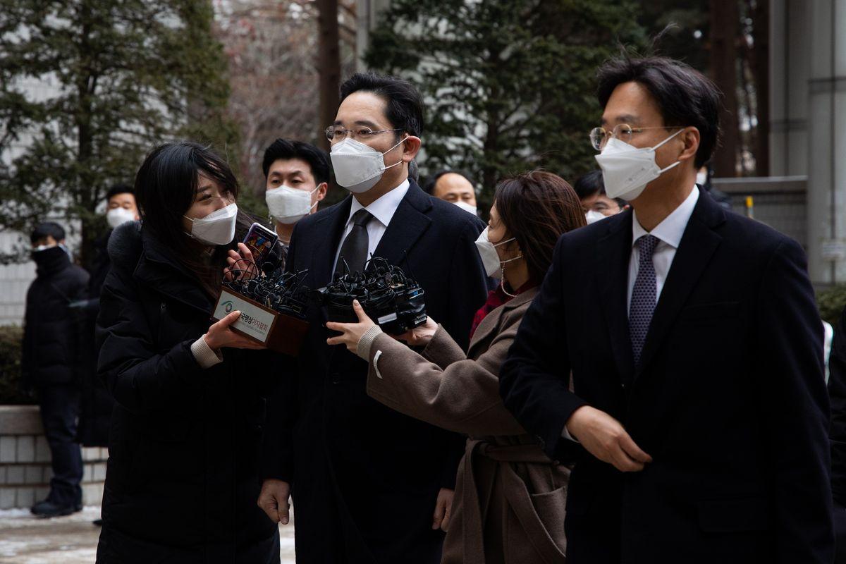 Джея Ли, который по факту является практическим владельцем и управляющим Samsung Electronics приговорен к 2.5 годам в тюрьме за подкуп. Такое ощущение что в Корее решили посадить половину руководителей Самсунга www.bloomberg.com/news/articles/2021-01-18/sa