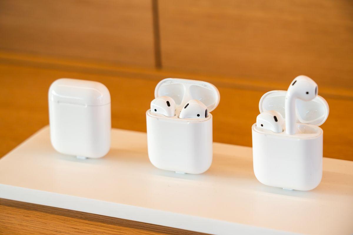 Судя по слухам, Эппл работает над новой версией самых простых AirPods (которые без шумоподавления и тп), и если это так - я их точно куплю. Это идеальное устройство для телеконференций находу, идеальный звук, идеальная компактность. www.bloomberg.com/news/