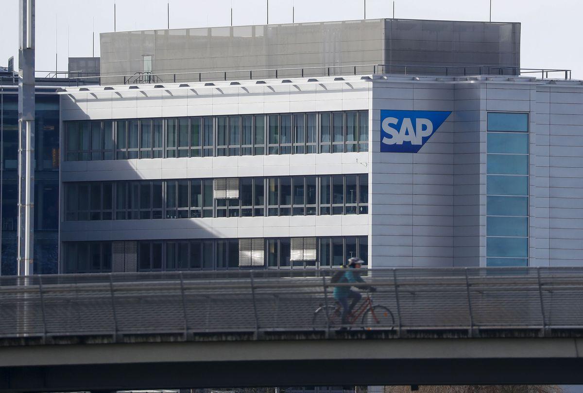 Акции SAP рухнули на 21%, это самое большое падение акций компании с 1999 года. Причина - падение доходности и продаж на фоне коронавируса, резкое уменьшение прогноза доходов на конец года и тп. На самом деле, если читать между строк - SAP построили машину