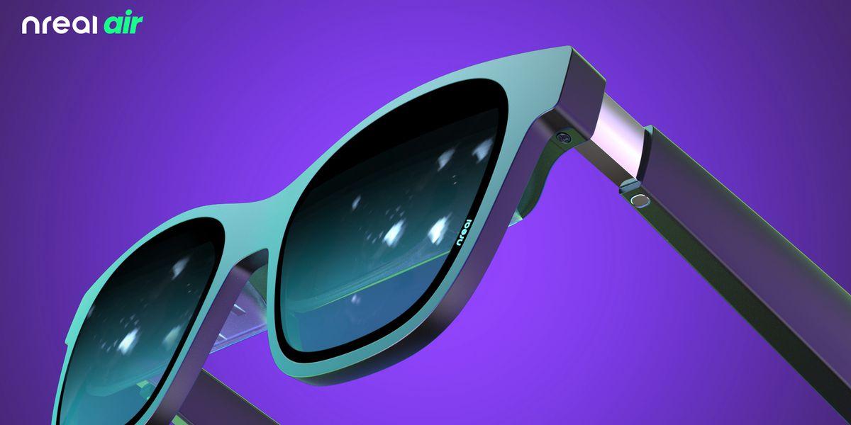 Формат очков все чаще привлекает изготовителей гаджетов. Китайские Nreal показали свои новые очки Nreal Air, продажи начинаются в декабре, и единственная фича в них - показывать приложения с вашего телефона прямо на стекло очков. Причем экранчик очень мале